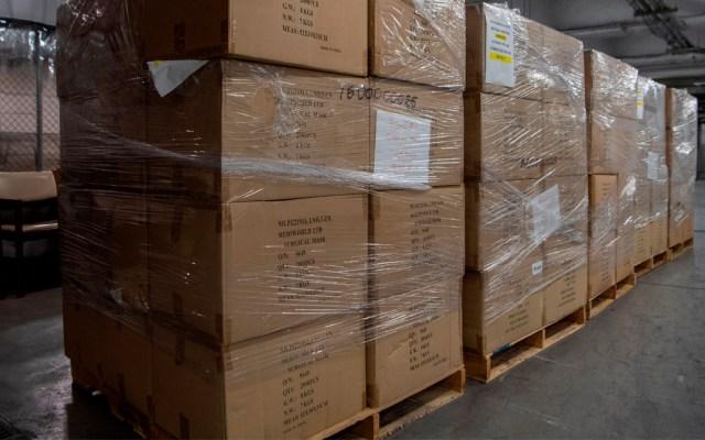 ONU dona a Nueva York 250 mil mascarillas para frenar propagación del COVID-19 - Fotografía cedida este sábado por la ONU en la que se registró un despacho de cajas con 250.000 mascarillas, dispuestas en el garaje de carga del organismo en Nueva York