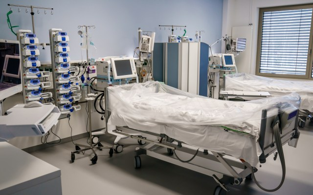 IMSS devolverá ventiladores comprados a hijo de Bartlett - Cama con ventilador para pacientes graves de COVID-19, en el Hospital Vivantes Humboldt en Berlín, Alemania. Foto de EFE