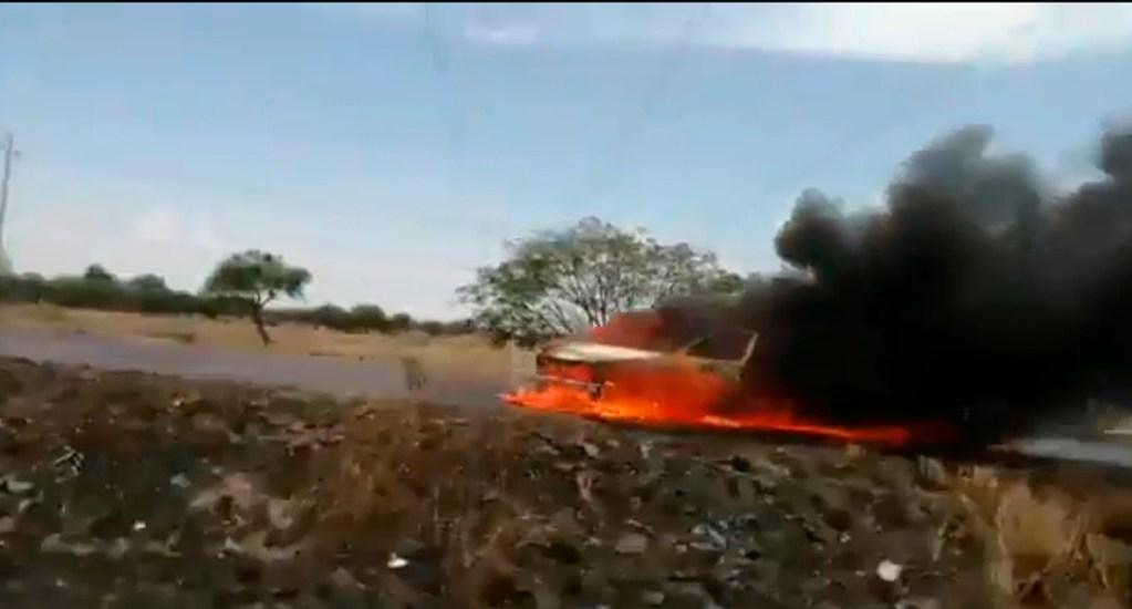 Liberan vías que fueron bloqueadas con autos incendiados en Guanajuato - Camioneta incendiada en vía de Guanajuato. Captura de pantalla