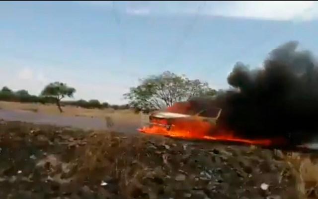 Bloqueos en Guanajuato son actos propagandísticos de delincuentes, asevera AMLO - Camioneta incendiada en vía de Guanajuato. Captura de pantalla