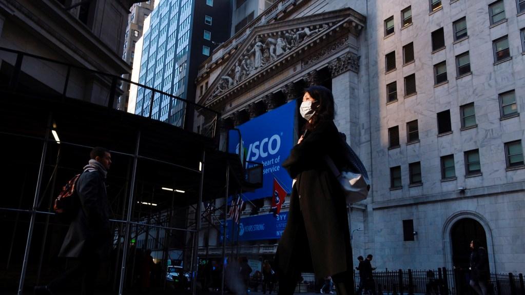 """Coronavirus lastrará economía global """"por algún tiempo"""", asegura la Fed - Una mujer usando una mascarilla en Nueva York, tras detectarse dos casos de Coronavirus COVID-19. Foto de EFE/EPA/JUSTIN LANE."""