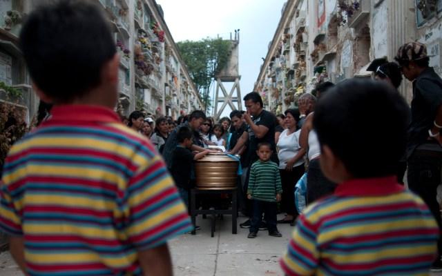 Desde 2015 asesinan en Guatemala a dos menores de edad cada día - Funeral de menor de edad asesinado en Guatemala. Foto de EFE