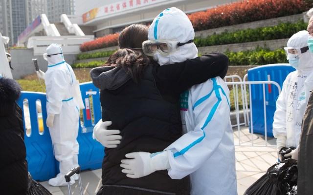 Cifra de pacientes graves de COVID-19 en China baja a menos de mil - Habitantes de Hubei abrazan a personal sanitario que lucha contra el coronavirus. Foto de EFE