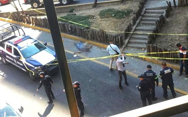Balacera en Naucalpan deja un muerto y dos mujeres heridas - Hombre asesinado a disparos en Periférico, Naucalpan. Foto de @JerrxG13