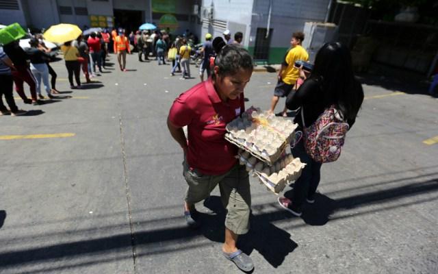 Largas filas en supermercados y bancos de Honduras por emergencia de COVID-19 - Foto de EFE