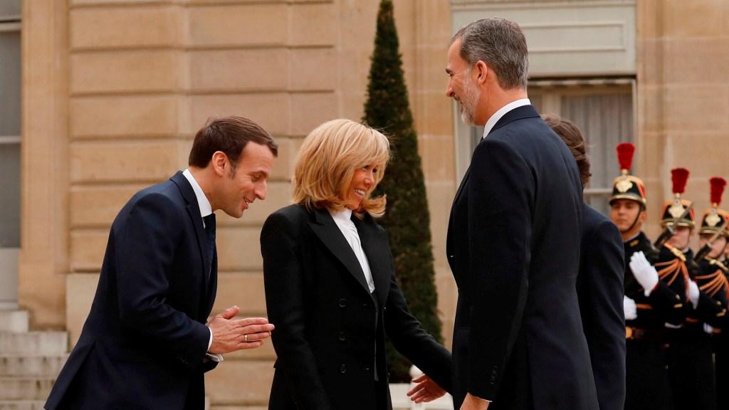 Macron recibe a los reyes de España sin estrechar manos por COVID-19 - macron reyes de españa