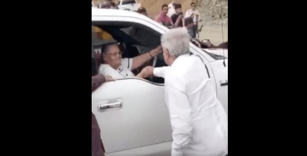 #Video López Obrador saluda a madre de 'El Chapo' en Badiraguato, Sinaloa - Captura de pantalla
