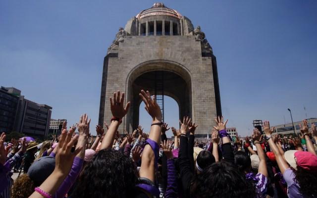 Recomendaciones para la marcha #8M en México - Colectivos feministas comienzan a congregarse en el Monumento a la Revolución, para ensayar consignas con tambores. Foto de Notimex-Paola Hidalgo.