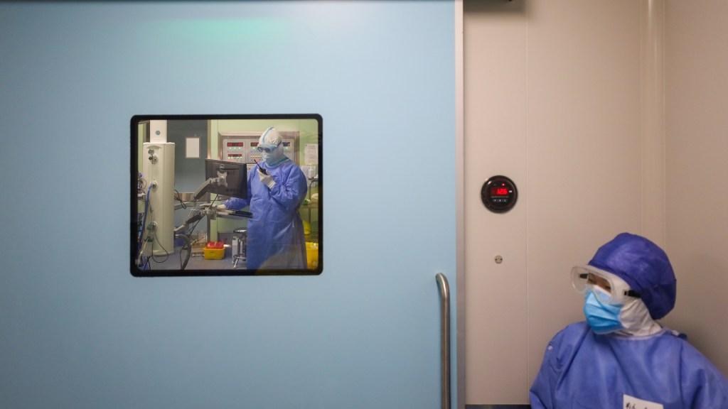 Sube a 17 número de muertos en España por COVID-19 - Médicos con protección especial ante COVID-19. Foto de EFE
