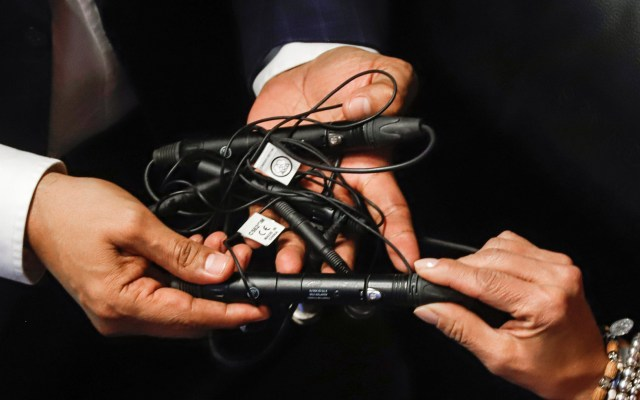Monreal confirma que no hubo montaje en espionaje al PAN en el Senado - Micrófonos presuntamente hallados en oficinas del PAN en el Senado. Foto de Notimex