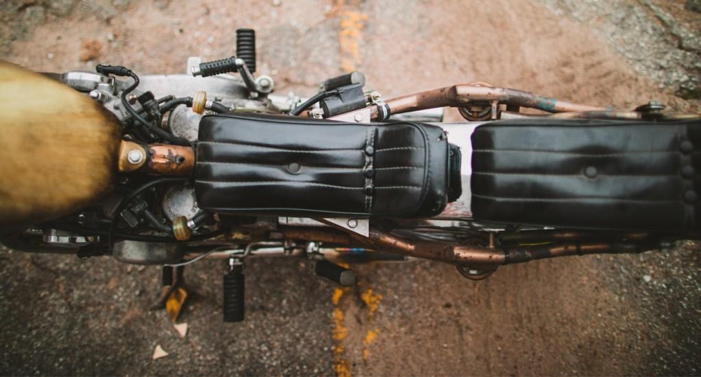 Ataque con bomba deja tres civiles muertos y ocho heridos en Afganistán - Los explosivos estaban colocados en una motocicleta estacionada cerca de una cancha, donde se estaba llevando a cabo un torneo de futbol