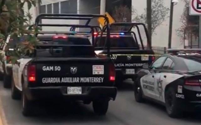 Persecución en Monterrey deja dos policías heridos y un civil armado abatido - Movilización policiaca en Monterrey. Captura de pantalla / @vicente_tv