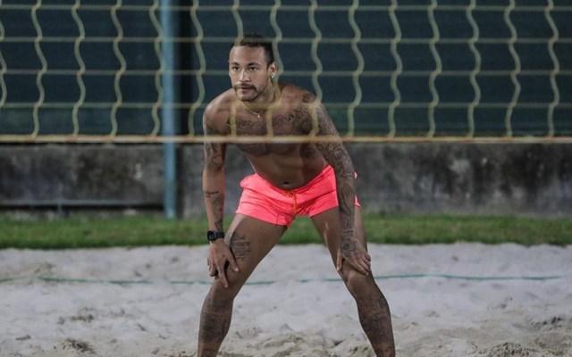 Neymar asegura cumplir cuarentena por COVID-19 tras polémica foto - Neymar en cancha de voleibol de playa. Foto de @neymarjr