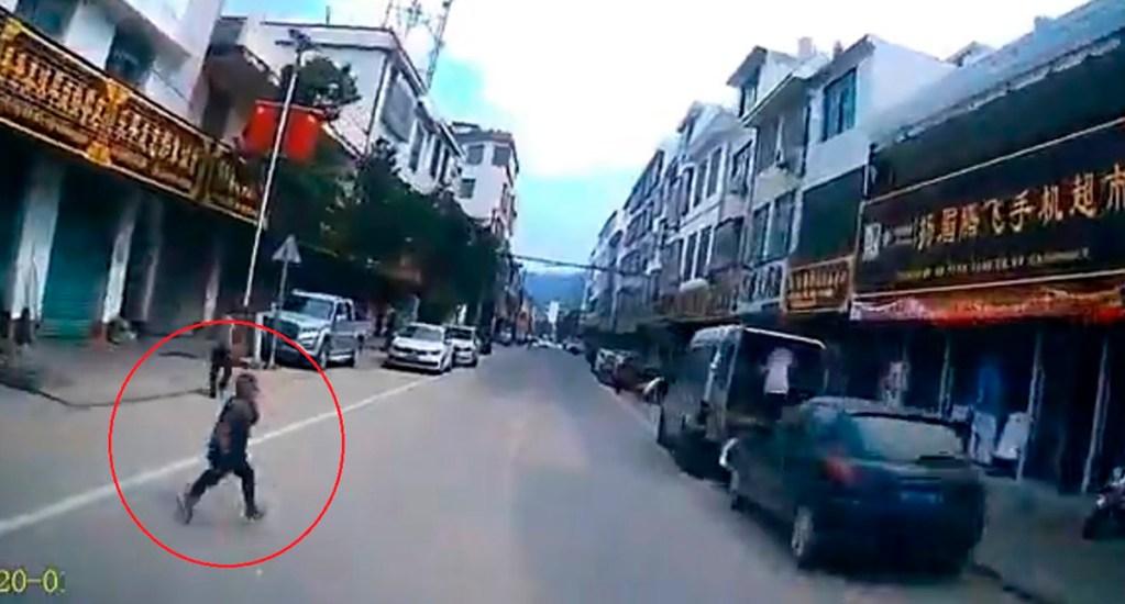 #Video Niño provoca aparatoso choque en China - Niño al que conductor evitó atropellar en China. Captura de pantalla