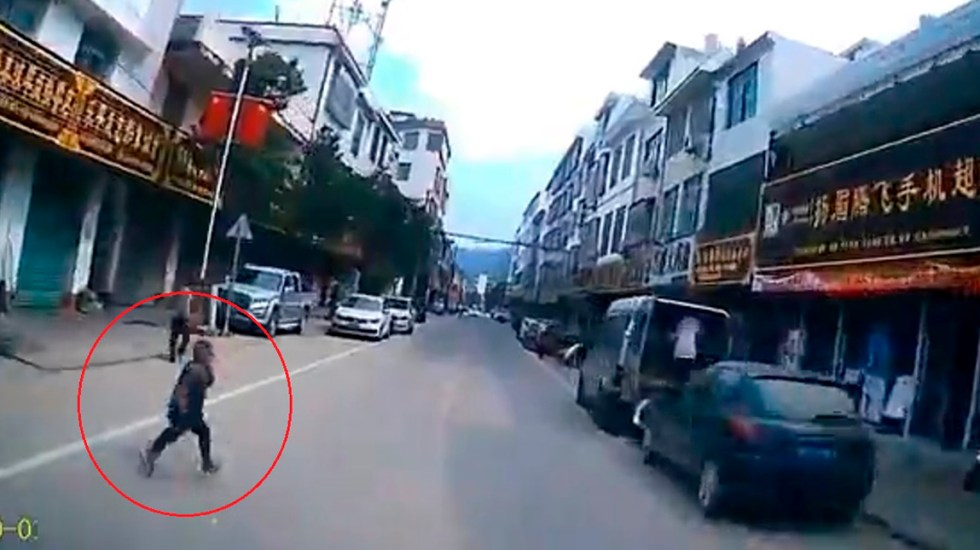 #Video Niño provoca aparatoso choque en China - Niño al que conductor evitó atropellar en China. Captura de pantalla
