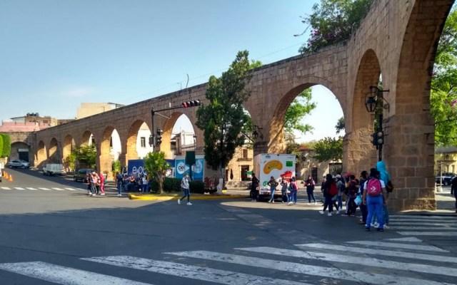 Mujeres normalistas de Morelia retienen camiones repartidores y cierran Francisco I. Madero - Las manifestantes exigieron que la matrícula de la normal no baje de las 120 alumnas y solicitaron una entrevista con el titular de la SEE, Héctor Ayala
