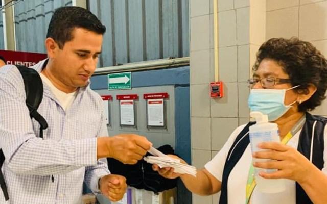 Suman tres casos positivos de coronavirus en Campeche - Otorgamiento de tollitas para limpieza de manos como prevención del coronavirus. Foto de @Salud-Campeche