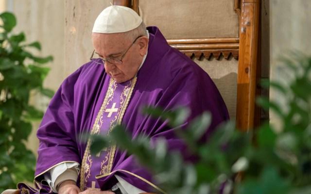 Papa Francisco insta a sacerdotes a salir al encuentro de enfermos por COVID-19