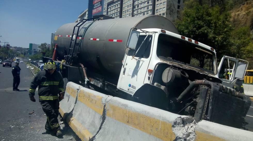 Pipa choca contra muro de contención en la México-Toluca - Foto de Bomberos Ciudad de México