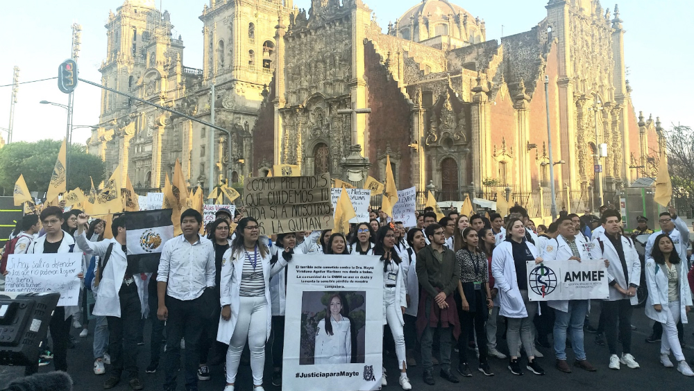 Tras protesta, reciben en Palacio Nacional a estudiantes de medicina - Foto de @j_navarroh