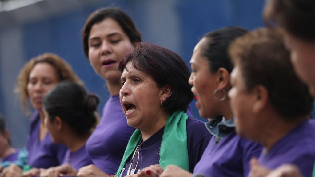 """""""Juntas lo lograremos"""", el mensaje de Sánchez Cordero este 8M - Protesta feminista en la Ciudad de México. Foto de EFE"""