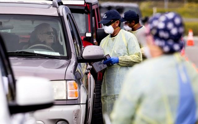 EE.UU. registra la mayor cantidad de casos de COVID-19 en un solo día - Pruebas de COVID-19 a automovilistas en Los Angeles. Foto de EFE