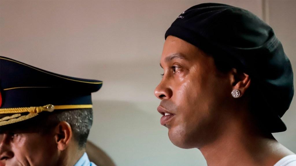 Rechazan apelación de Ronaldinho para acogerse a salida abreviada en caso por portación de pasaporte falso en Paraguay - Ronaldinho comparece ante juzgado tras primera noche de cárcel en Paraguay