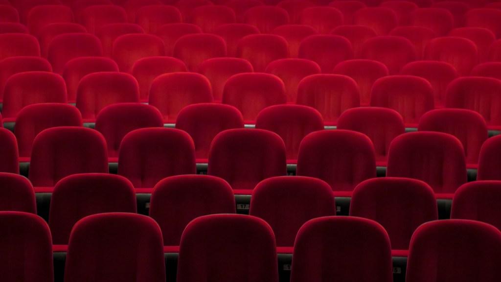 Taquillas de cine no registran ventas por COVID-19 en Estados Unidos - Sala de cine vacía. Foto de Denise Jans / Unsplash