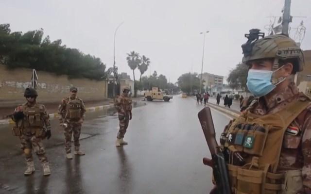 Arrestan a más de 3 mil en Bagdad por violar toque de queda por COVID-19 - Soldados iraquíes en retén para cumplimentar toque de queda por coronavirus. Captura de pantalla / PressTv