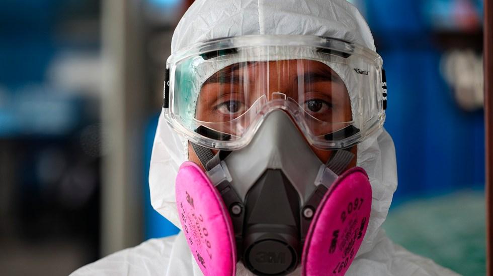 Alejandro Giammattei confirma primer caso de coronavirus en Guatemala - Trabajador de servicio sanitario con protección completa contra el coronavirus. Foto de EFE