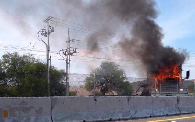 #Video Operativo policiaco desata bloqueos carreteros en Guanajuato - Tráiler incendiado en autopista de Guanajuato. Foto Especial