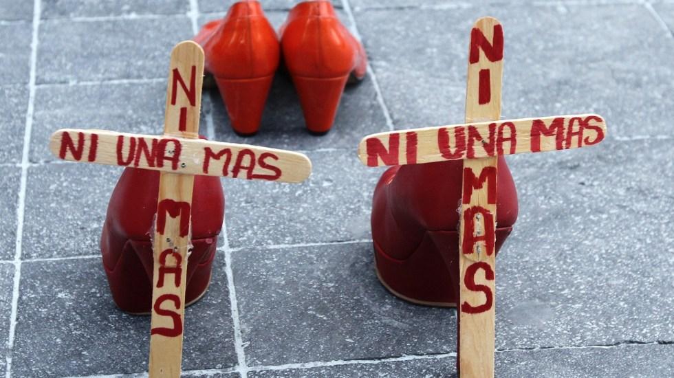 Colocan cruces en el Zócalo en protesta por feminicidios - Mujeres del Frente Francisco Villa se manifiestan en el Zócalo, conmemorando el día de la mujer. Foto de Notimex-Alejandro Guzmán.