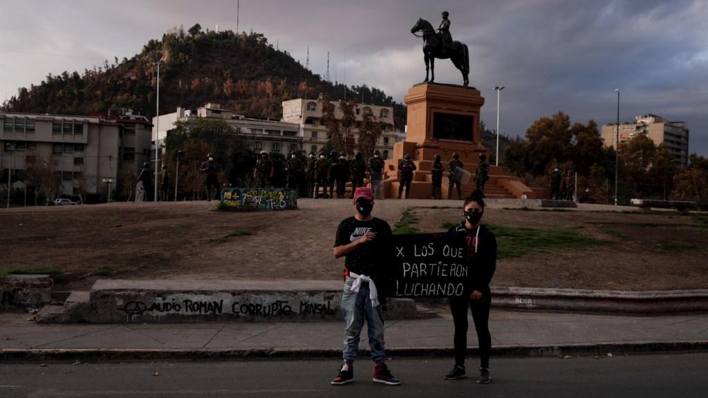 Pandemia agravó polarización política en muchos países, señala estudio - Chile protestas COVID-19 toque de queda
