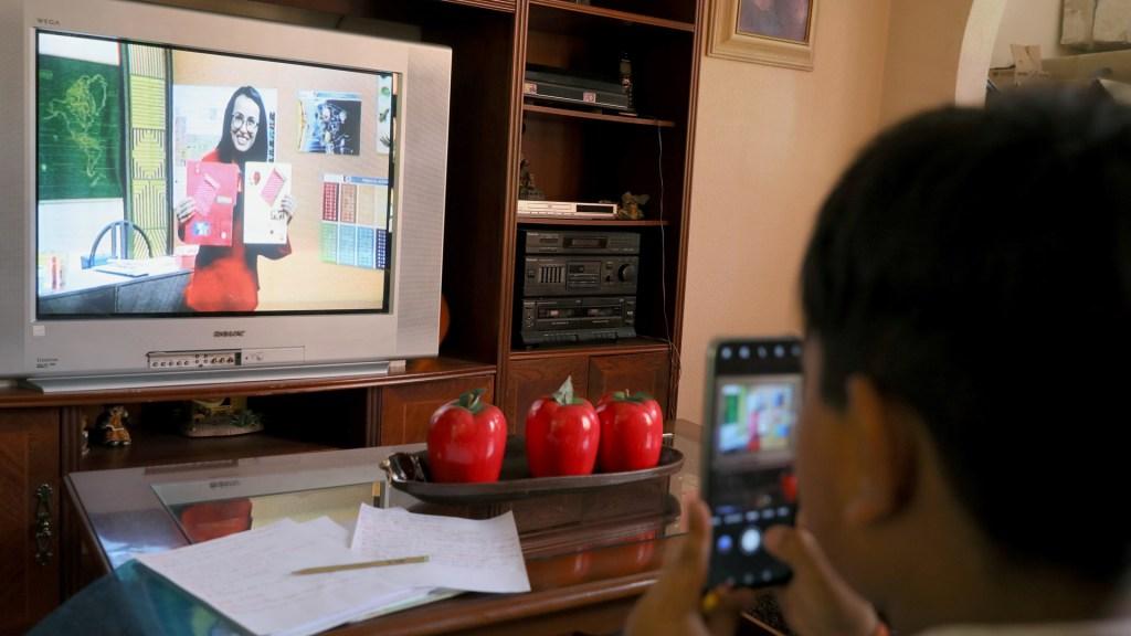 Estos son los canales y horarios de las clases por televisión - Clases a distancia en México por COVID-19. Foto de EFE