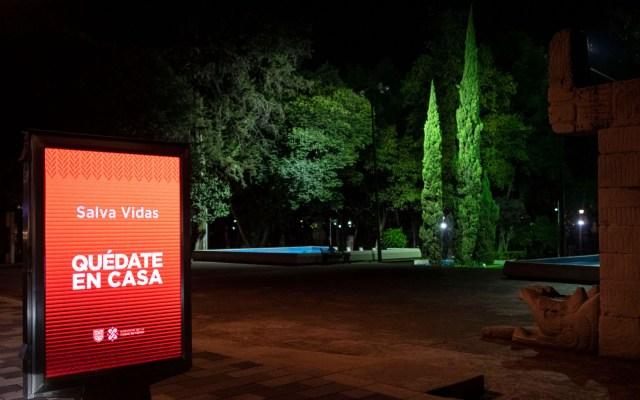 """""""Quédate en casa"""", una frase que data de la Colonia - Imagen de una calle en la Ciudad de México y un anuncio que exhorta a los ciudadanos a quedarse en casa para evitar contagios de COVID-19. Foto de Notimex"""