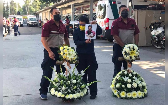 CRUM da último adiós a paramédico que murió por COVID-19 - Personal médico, paramédico y administrativo del CRUM dieron el último adiós al doctor Miguel Ángel Pérez Alvarado, quien murió por coronavirus