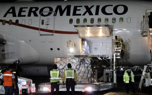Llega a México séptimo vuelo con insumos médicos contra COVID-19 - Descarga de insumos médicos provenientes de Shanghái. Foto de @marthadelgado