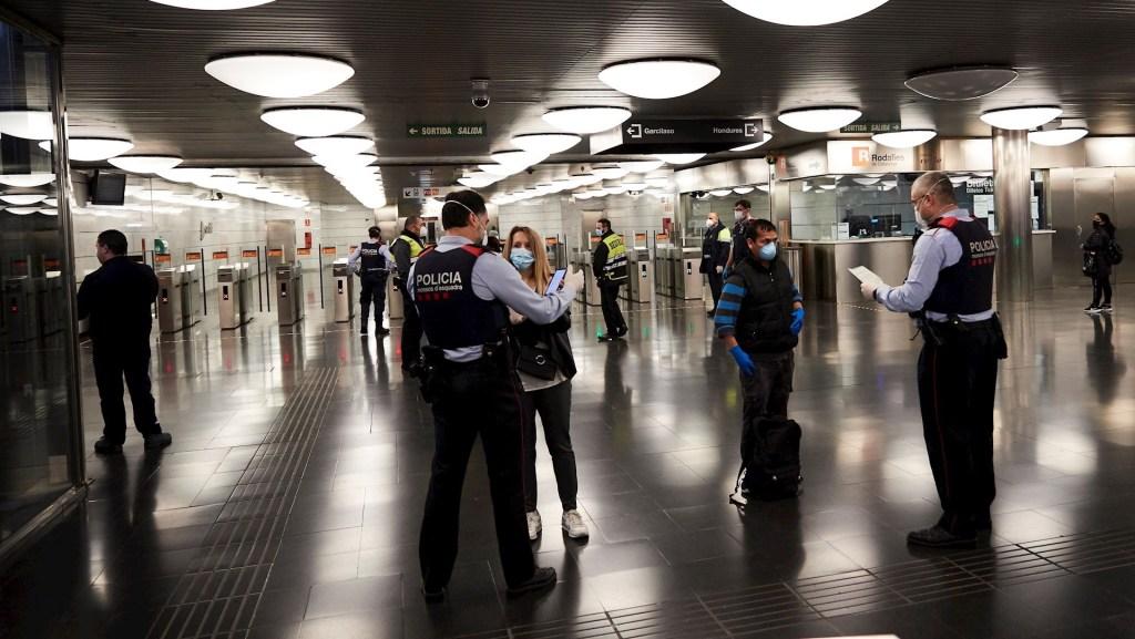 FMI prevé que COVID-19 hundirá la economía mundial un 3 por ciento en 2020 - Mossos d'Esquadra realizan controles de movilidad en el Metro de Barcelona. Foto de EFE/ Alejandro García