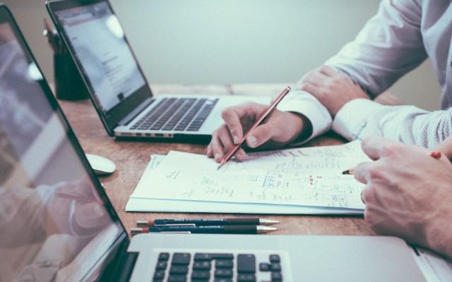 Senadores piden reducir el IVA; Ricardo Monreal lo descarta - Impuestos escritorio computadora