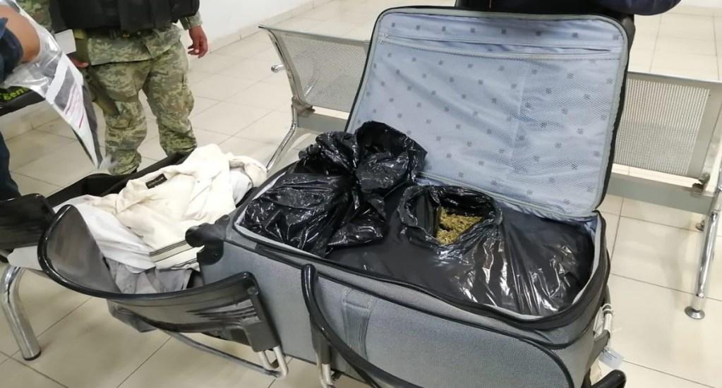 Decomisan maleta con más de 8 kilos de mariguana en Michoacán - Maleta con mariguana decomisada en Apatzingán.   Foto de @MICHOACANSSP