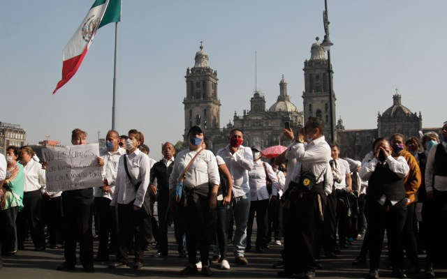 #Video Meseros protestan afuera de Palacio Nacional - Meseros en protesta afuera de Palacio Nacional. Foto de Notimex