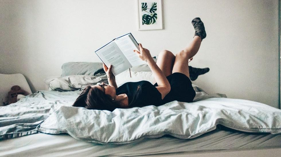 """Disminuye lectura en mexicanos; la mayoría """"no tiene tiempo"""" - Mujer leyendo. Foto de Nicole Wolf / Unsplash"""