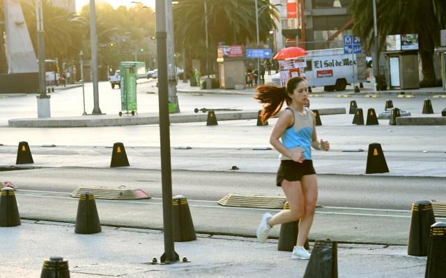 El 46 por ciento de los pacientes con COVID-19 en México ya se recuperaron - Mujer se ejercita en calles de la Ciudad de México pese a cuarentena por COVID-19. Foto de EFE