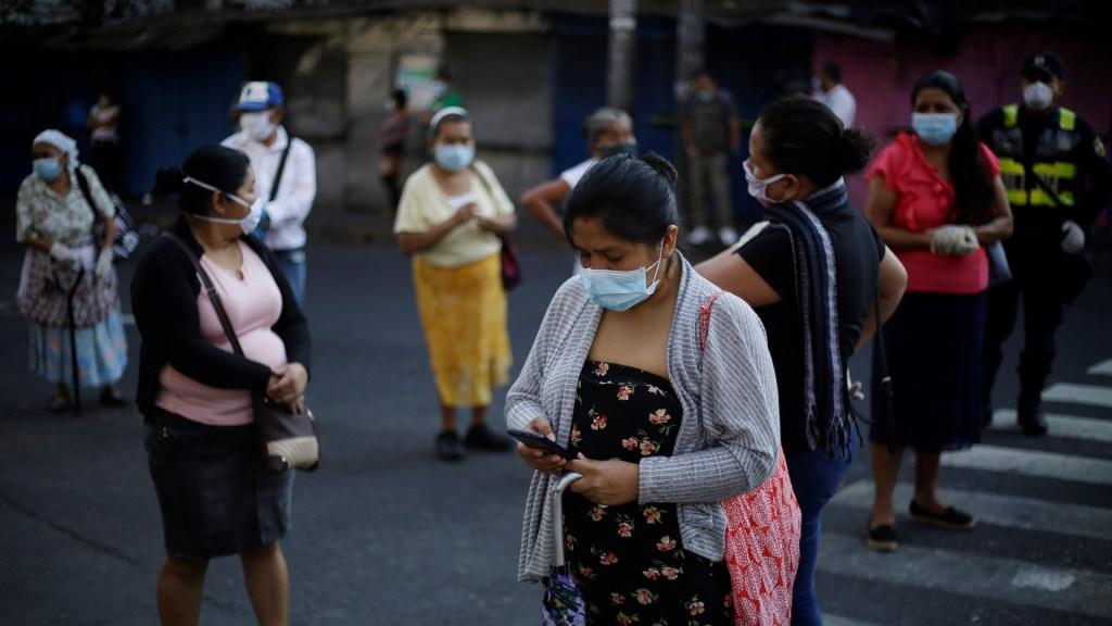 Los estados más peligrosos para las mujeres en México; pandemia no ha detenido violencia - Mujeres hacen fila en diferentes bancos para cobrar un bono de 300 dólares otorgados por el Gobierno en San Salvador. Foto de EFE