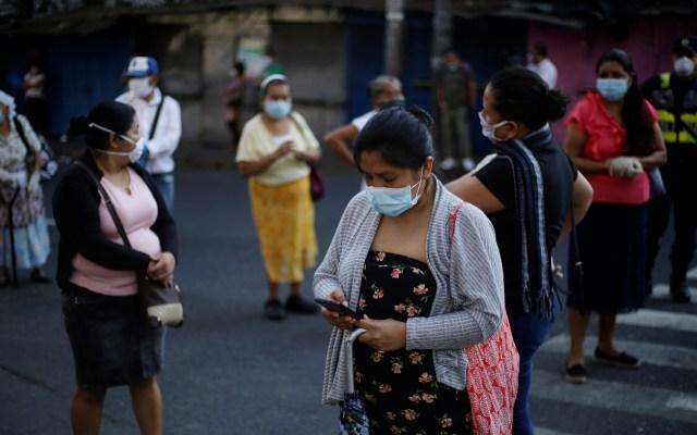 Cepal alerta afectación a derechos de mujeres por pandemia - Mujeres hacen fila en diferentes bancos para cobrar un bono de 300 dólares otorgados por el Gobierno en San Salvador. Foto de EFE