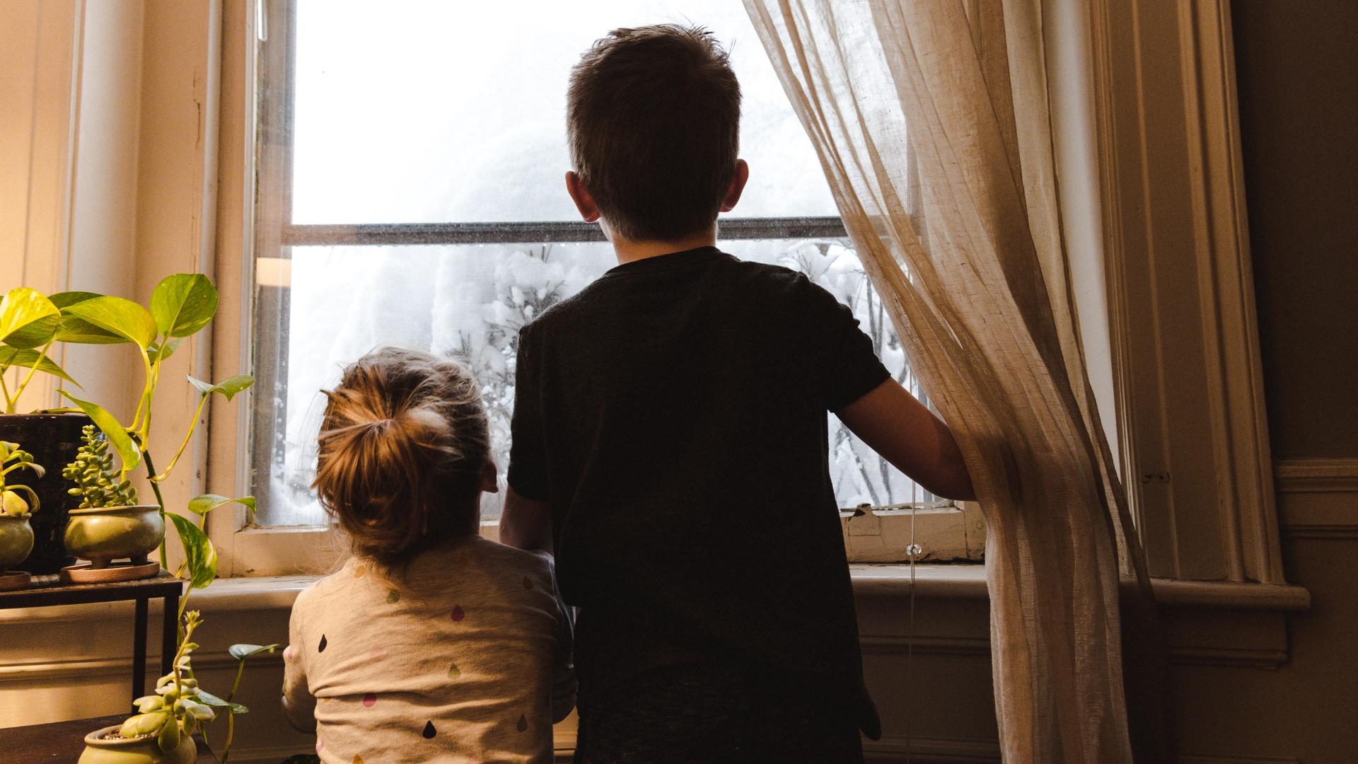 Niños encierro casa hogar confinamiento menores