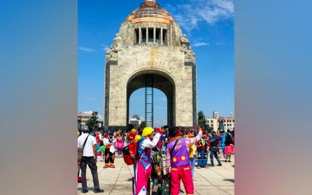 Payasos festejan a niños en su día; realizan marcha a Palacio Nacional - Payasos festejaron a las niñas y niños en su día en la explanada del Monumento a la Revolución. Foto de Noticieros Televisa