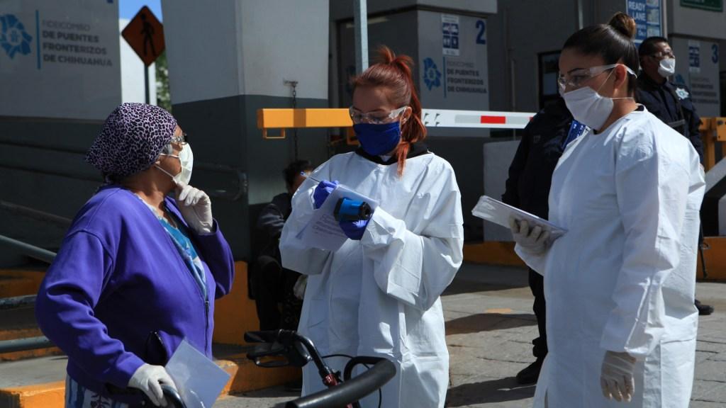 Secretaría de Salud pide respeto a médicos y enfermeras que atienden COVID-19 - Personal de Salud en filtro sanitario en frontera de Chihuahua. Foto de EFE