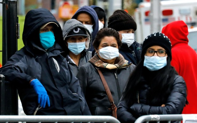 EE.UU. analiza decretar uso generalizado de mascarillas ante COVID-19 - Personas con cubrebocas en Nueva York. Foto de EFE