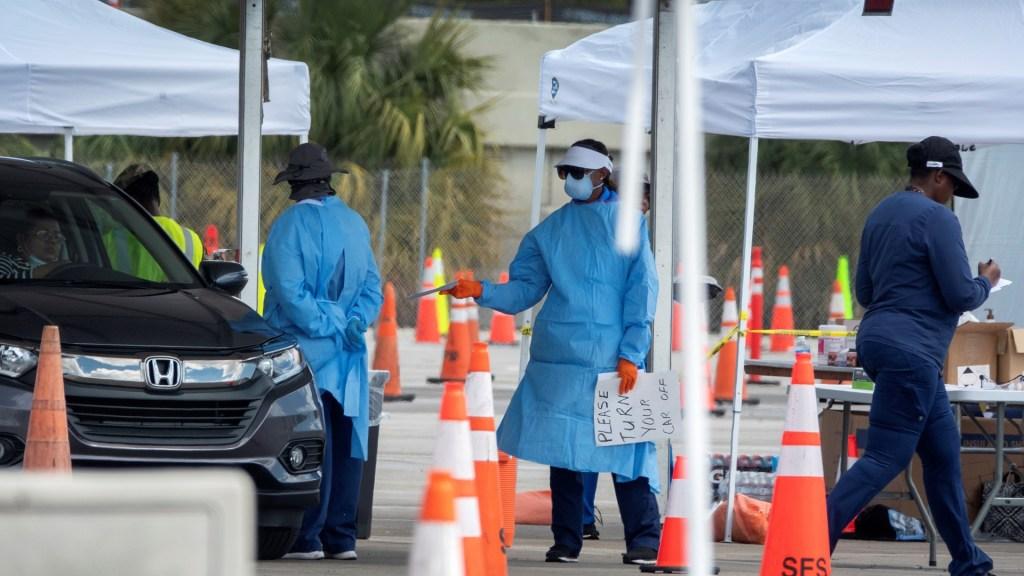Florida acumula 20 mil casos de COVID-19 con Miami-Dade a la cabeza - Prueba de COVID-19 a automovilistas en Florida. Foto de EFE